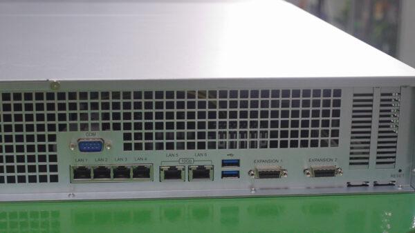 Review RS3621xs+ về các cổng kết nối